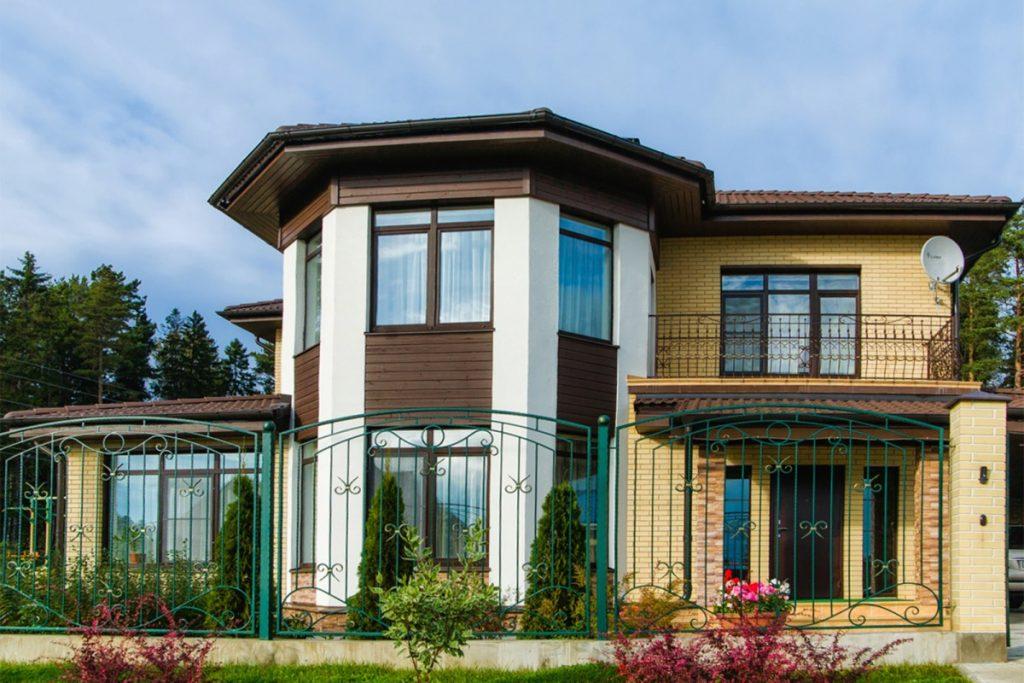 фото домов с балконами полфасада